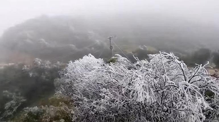 Snow and low temperatures hit the Santa Cruz valleys and authorities are calling for precautionary measures