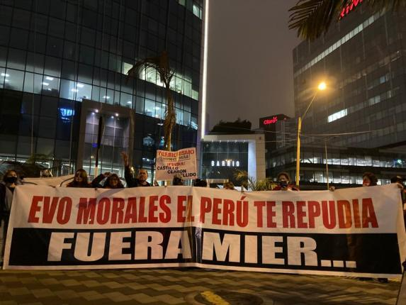 Protests and criticism from Evo's arrival in Lima