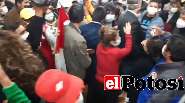 Screams and tension interrupt the presentation of the GIEI in Potosí
