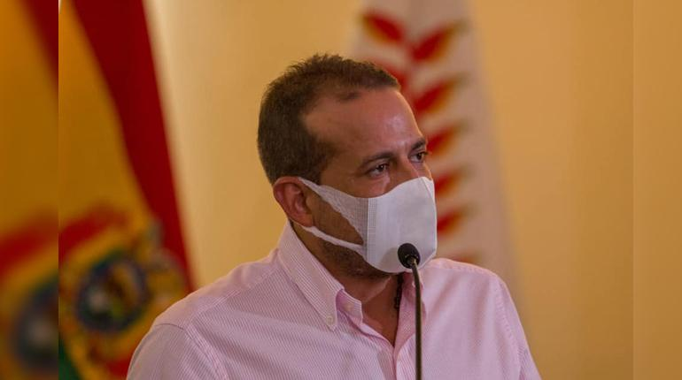 The governor of Santa Cruz is hospitalized after a digestive bleeding