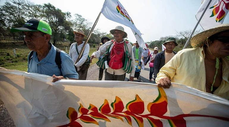 Another indigenous march goes and the police escort the caravans in the face of the violence
