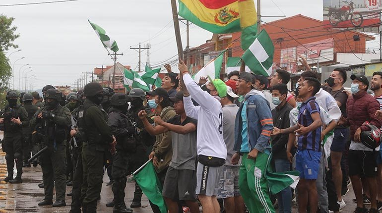 Santa Cruz encounters a violent strike and issues an ultimatum to the government